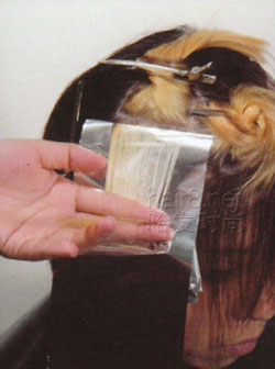 时空魅影/9、采用锡纸背对背片染技巧。